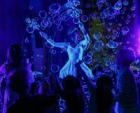 Неоновая вечеринка с мыльными пузырями