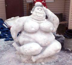 Фигуристая снежная баба появилась в парке Щербакова