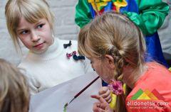 В донецкой избушке открылась выставка детских рисунков