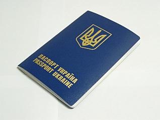 Загранпаспорт можно получить без справки из военкомата