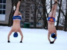 Парни из Донбасса танцуют хип-хоп в трусах на 20-градусном морозе (видео)