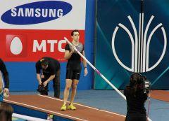 В Донецке французский спортсмен установил новый мировой рекорд в прыжках с шестом в закрытых помещениях