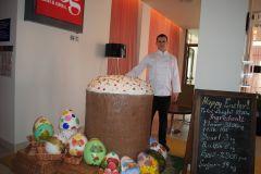 К предстоящему Пасхальному воскресенью  в Донецком отеле испекли 89- килограммовый пасхальный кулич