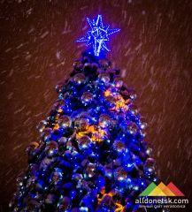 В районах Донецка состоятся открытия новогодних елок