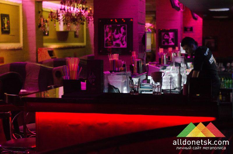 Этот манящий красным цветом бар украсил галерею