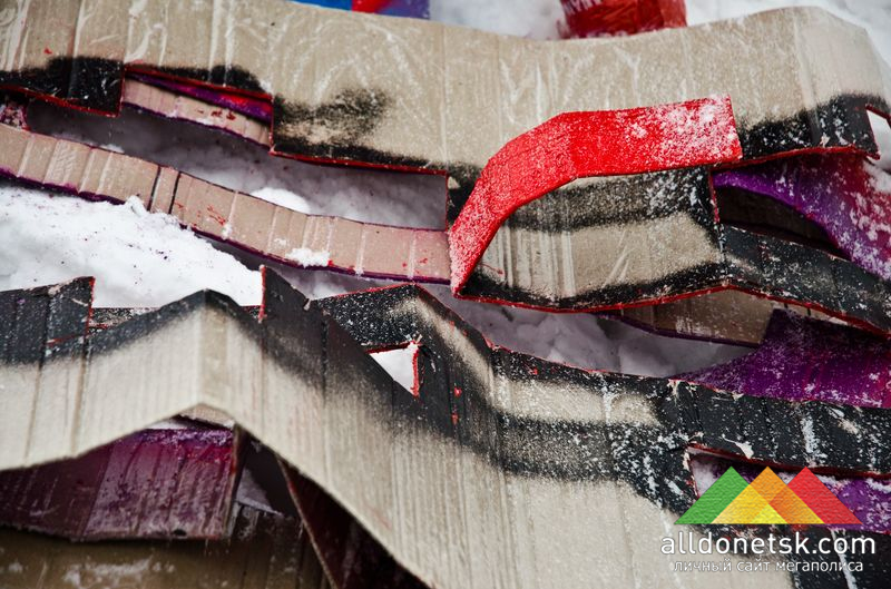 Трафареты для ковра Константин сделал из обычного картона, а чтоб не размокали - сверху поклеен скотч