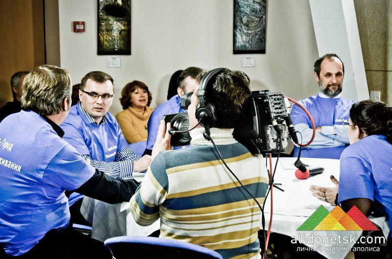 В синих футболках - команда журналистов