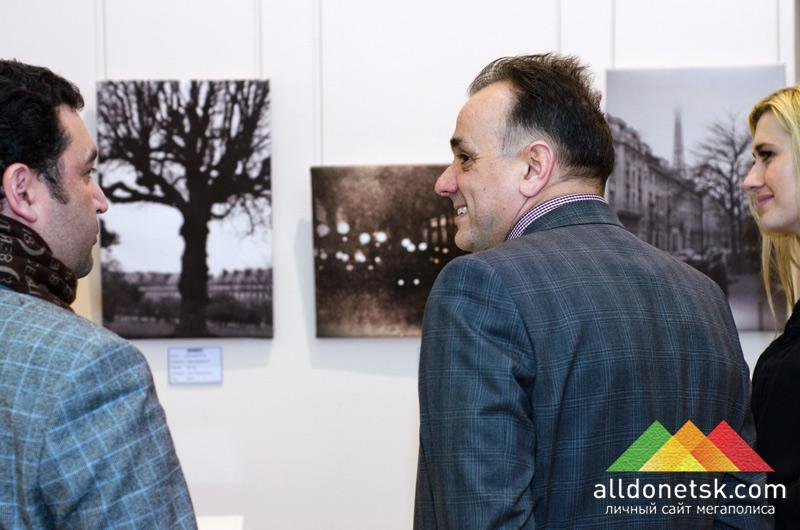 На выставку к фотографам зашли гости из Киева - Игорь Добруцкий, основатель