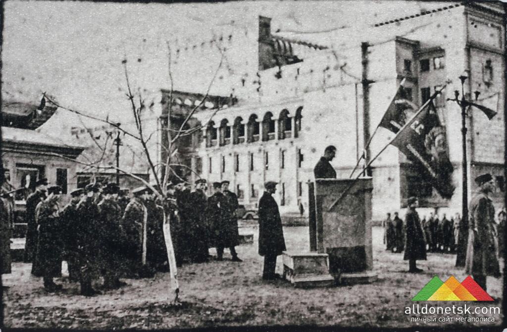 Траурный митинг памяти Ф.А.Гринкевича возле его могилы. Сталино, октябрь 1943 года