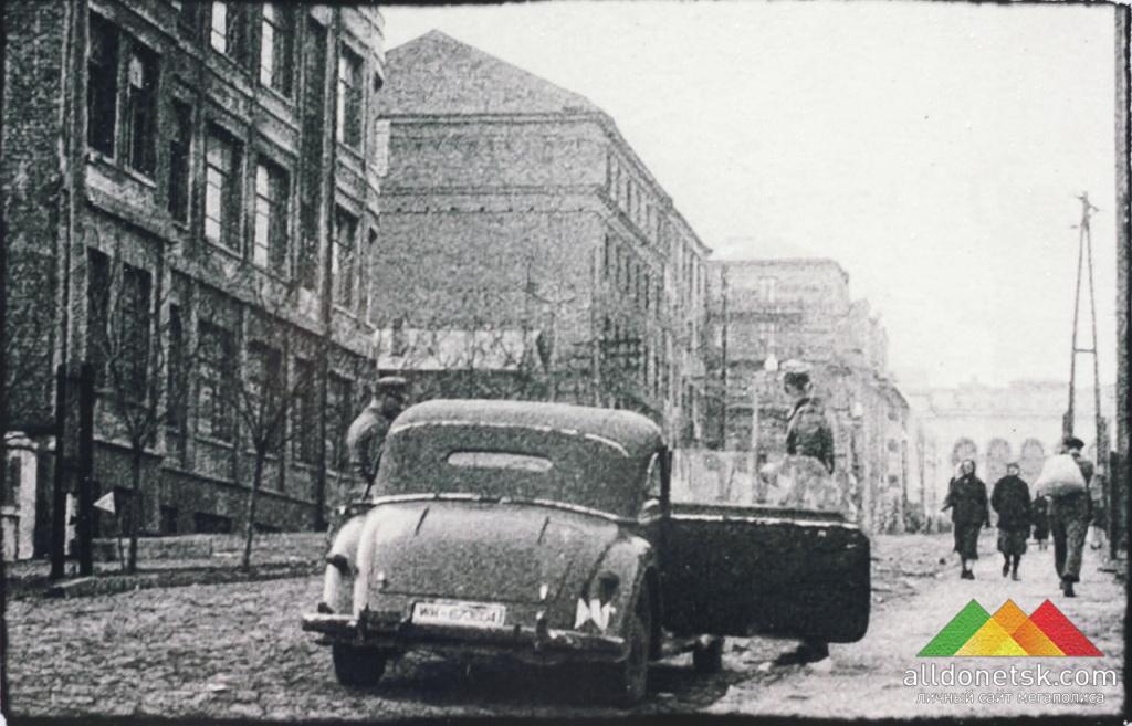 Театральный проспект. На заднем плане - оперный театр. Сталино, 1941-1943 гг.