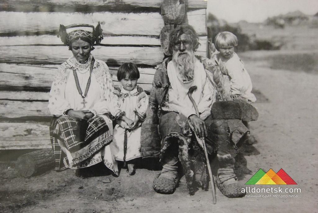 Молодая замужняя женщина с детьми. Орловская губерния. Русские. Н. Могилянский. 1904 РЭМ 759-29