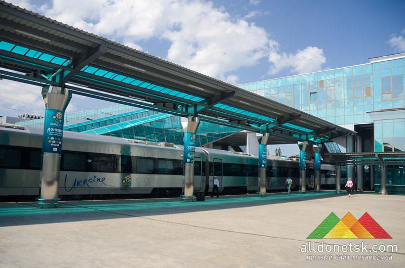 Обновленный по самому последнему слову строительного дизайна ЖД-вокзал очень гармонично сочетался с корейским скоростным поездом.