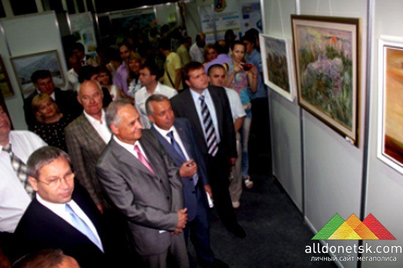 На выставку картин пришли все руководители города и области.
