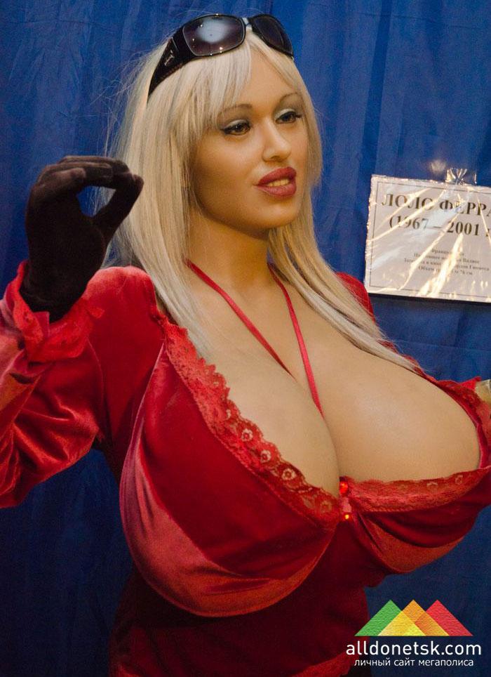 Лоло Феррари с 180-сантиметровой грудью после пластических операций страдала множеством болезней