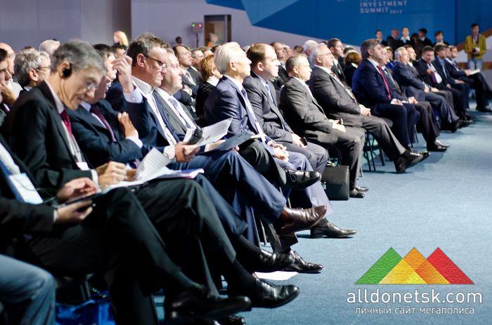 Участники саммита смотрят фильм о Донетчине, представленный недавно в Брюсселе