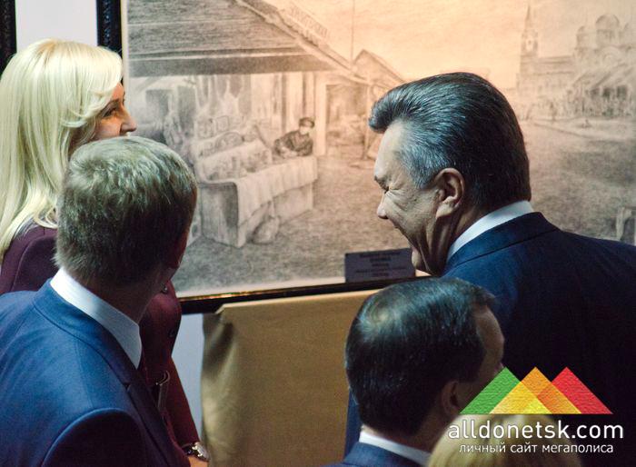 Виктор Янукович и Ринат Ахметов пообщались с художницей Татьяной Пономаренко-Левераш на выставке ее картин