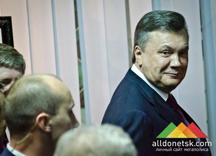 Посмотрев картины, Виктор Янукович продолжил путь на выставку