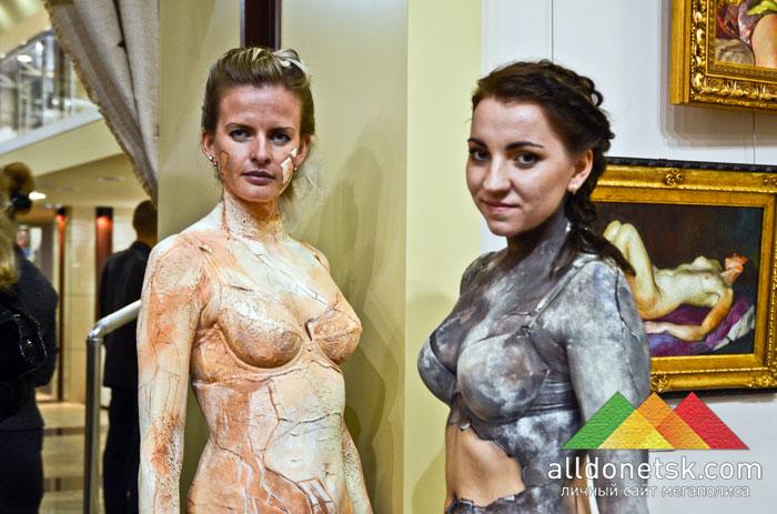 Обнаженные живые скульптуры приветливо позировали посетителям и фотографам