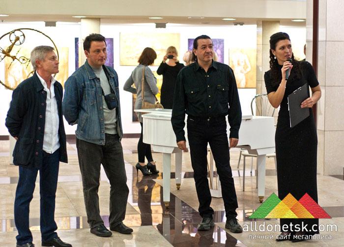 Екатерина Калиниченко с художниками-авторами выставленных работ