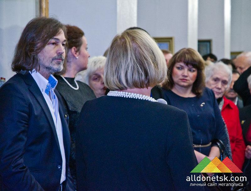 Приветственное слово Елены Петряевой слушают Никас Сафронов, Тамара Лукьянчук и Полина Шакало