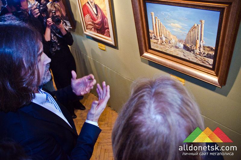 Никас стойко уделял внимание всем гостям и рассказывал почти о каждой своей картине