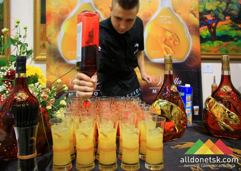 Коктейлями гостей угощает официальный спонсор открытий выставок ТМ Meukow
