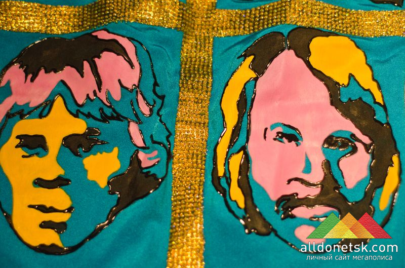 Незабываемая шведская четверка, нанесеннная красками на мини-платье