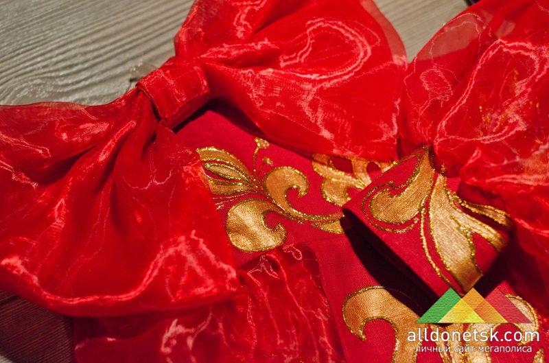 Шикарный красный бант венчает костюм русской матрешки