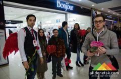 Это было весело! В Донецке прошел флешмоб с обниманиями