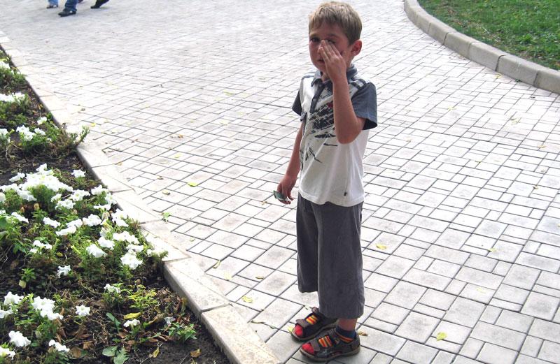 Этого мальчика никто не захотел обнимать :((((