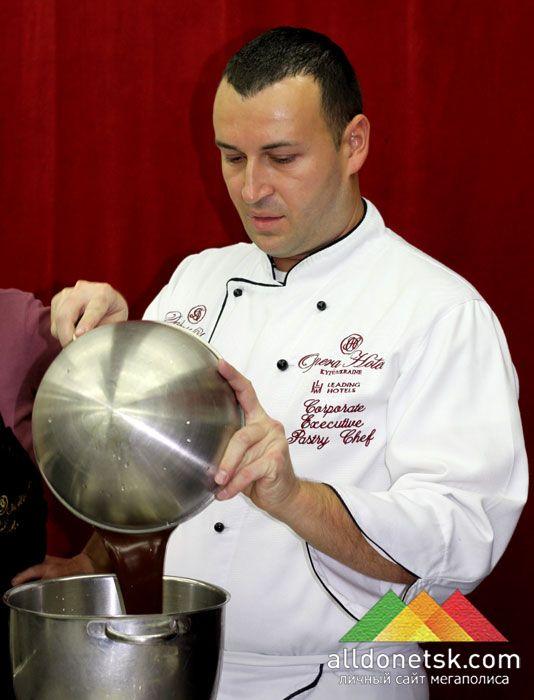В небольшом перерыве повар-кулинар показал, как правильно приготовить горячий шоколад