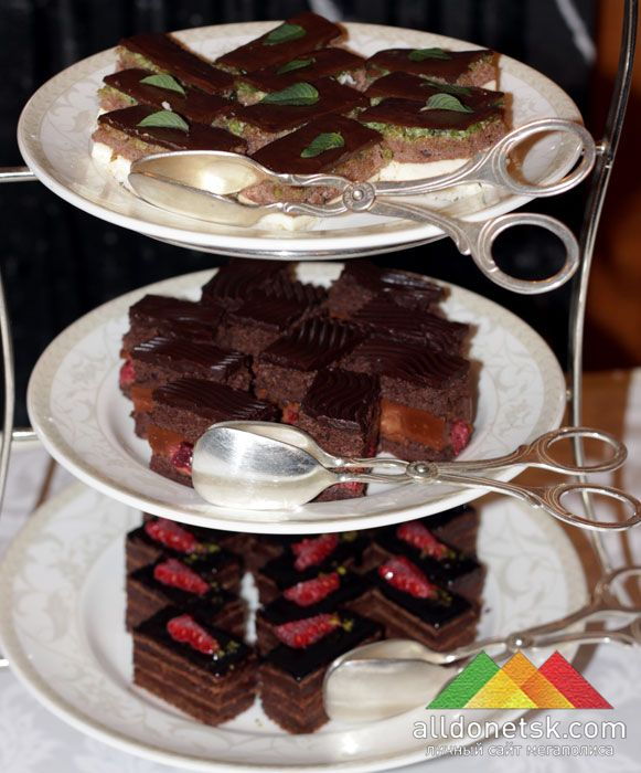 Все пирожные в своем составе имеют шоколад