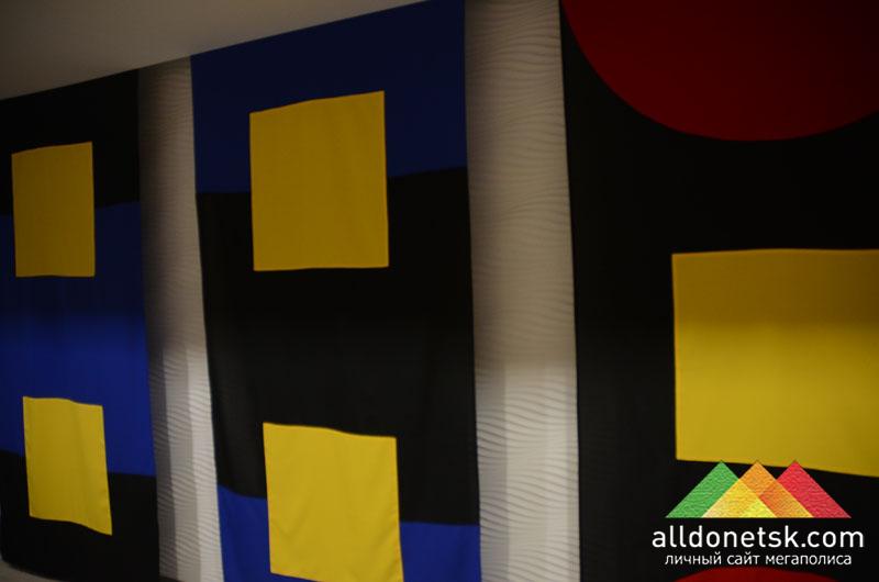 Мэтт Маликон представил свое творчество в виде 7 баннеров-флагов, изображающих вариацию на вид футбольного поля сверху