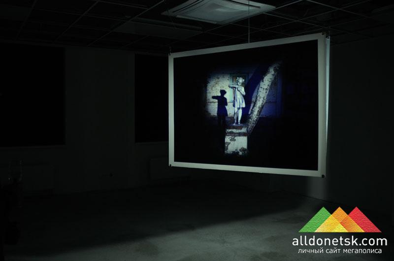 Одной из самых кричащих работ, изображающих состояние современного искусства, можно назвать фотоинсталляцию Фантом ХХ Андрея Логинова, одного из кураторов выставки