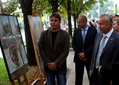По пути оценили работы, представленные на выставке, расположенной в парке