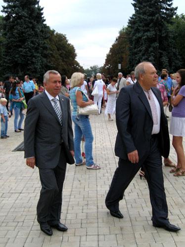 Александр Лукьянченко спокойно, не озираясь по сторонам, гуляет по парку