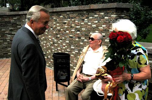 Шикарный букет роз достался случайной пенсионерке лично от городского головы Донецка