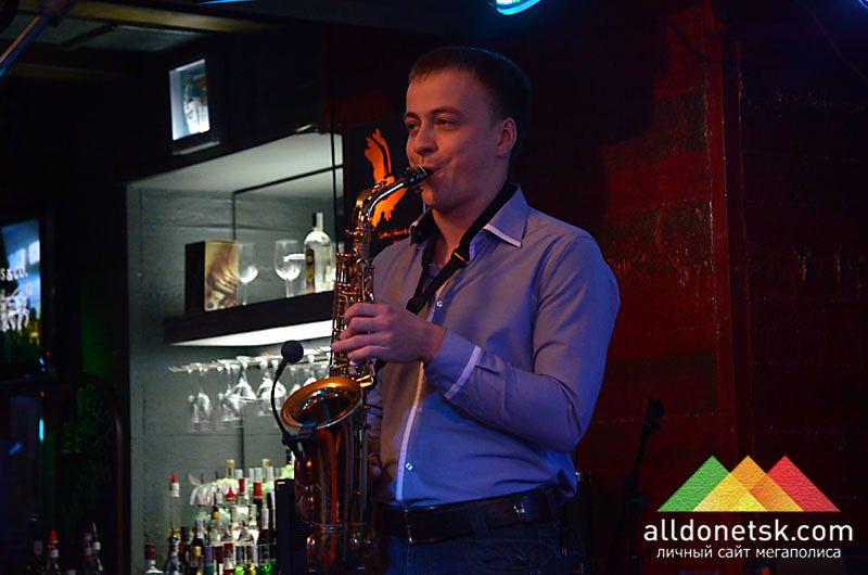 Саксофонист, бывший участник  Magnifika group и просто талантливый музыкант - Михаил Сидоренко