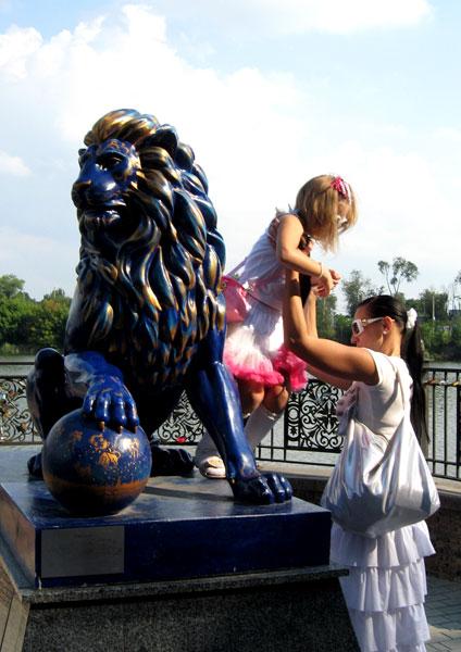 Дончане активно фотографировались во всех самых интересных местах парка, в том числе и на (почему-то) голубом льве