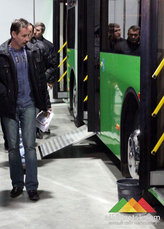 Новые автобусы будут оборудованы специальным подъемом для маломобильных групп дончан