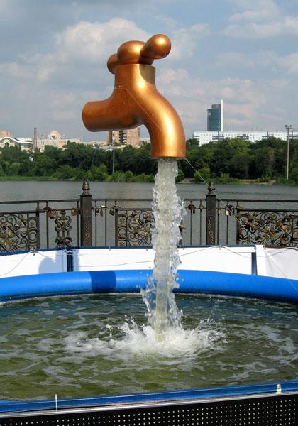 Висящий в воздухе кран, который льет воду неизвестно откуда, очень четко подметил свойства воды в кранах у жителей Донбасса