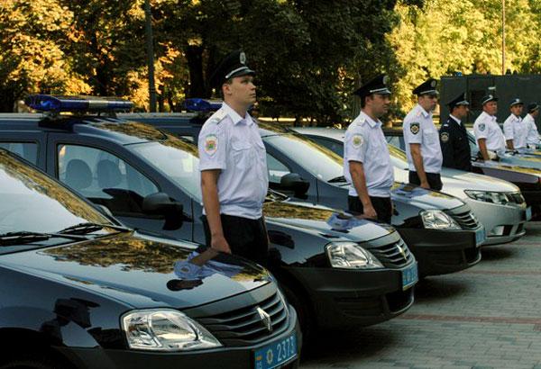 Мэр Донецка вручил гаишникам ключи от 10 легковых автомобилей Рено. Он надеейтся, что теперь улучшится работа патрульной службы