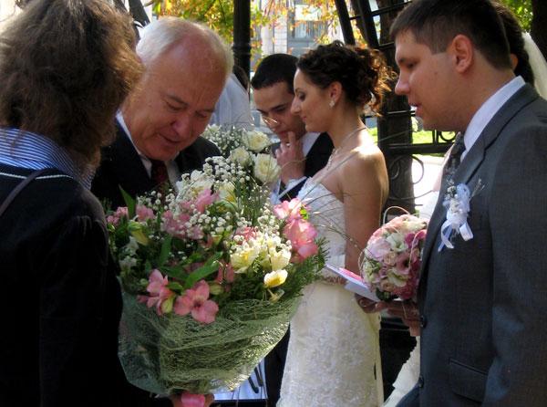 Первый заместитель мэра Донецка Николай Волков вручил подарки 15-ти парам молодоженов