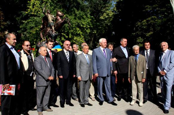 А мэру Донецку в это время пришлось присутствовать на открытии памятника Святому Великомученнику Георгию Победоносцу
