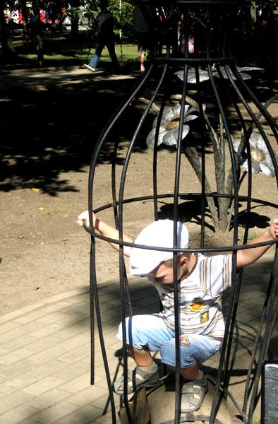 Некоторые донецкие дети с пяти лет учатся бежать из заточения в железной клетке...