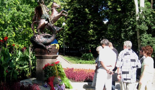 Дончане с большим интересом отнеслись к памятнику Святому Великомученнику Георгию Победоносцу, установленному в парке кованных фигур