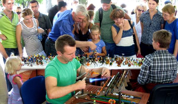 Особый интерес вызвал у дончан мастер, выплавляющий тут же у всех на глазах стеклянные игрушки