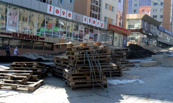 А всего месяц назад городские власти клялись, что ко Дню города проспект Ильича будет полностью отремонтирован...