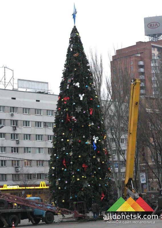 Интересен тот факт, что именно в это время параллельно также закончилось украшение главной елки Донецка