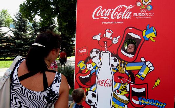 Кока-кольные стенды с агрессивным красным цветом маячили по всему парку